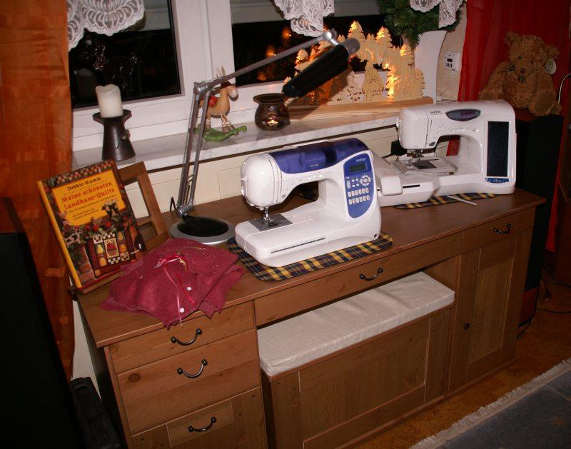 nähecke im wohnzimmer:In den oberen Schubladen finden die wichtigsten Utensilien Platz
